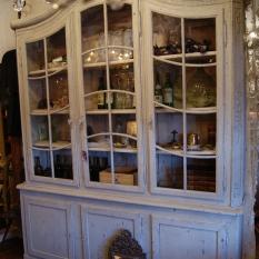 Ref. 20 - Luikse Naamse vitrinekast 18e eeuws