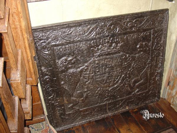Antieke gietijzeren Franse haardplaat met wapenschild