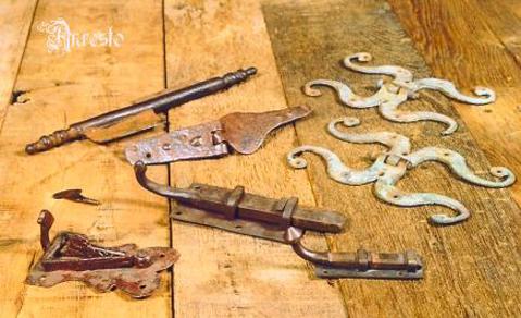 Antieke grendels en hangwerk
