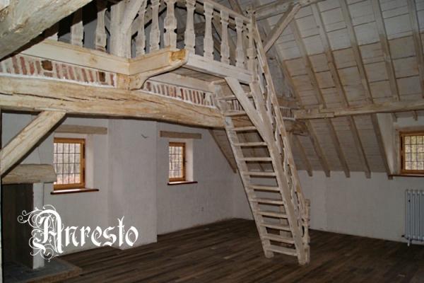 Antieke balkenplafond met vlieringtrap