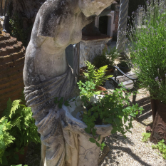 Ref. 29 – Antiek beeld Romeinse wassende vrouw foto 1
