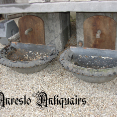 Ref. 25 – Antieke halronde gietijzeren spoelbakken, stel van halfronde ijzeren wasbakken