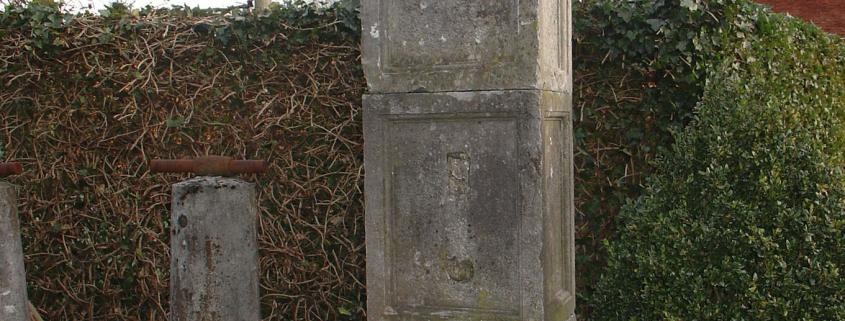 Ref. 01 – Antieke poortzuil in arduin, oude arduinen poortzuil