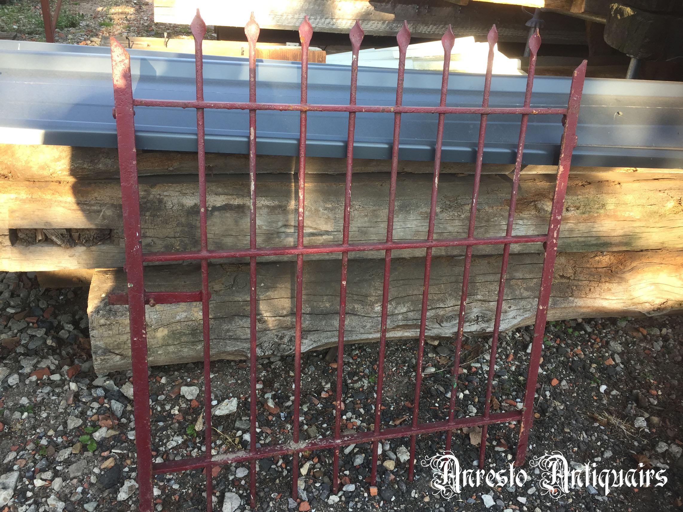 Ref. 35 – Antieke kleine smeedijzeren tuinpoort