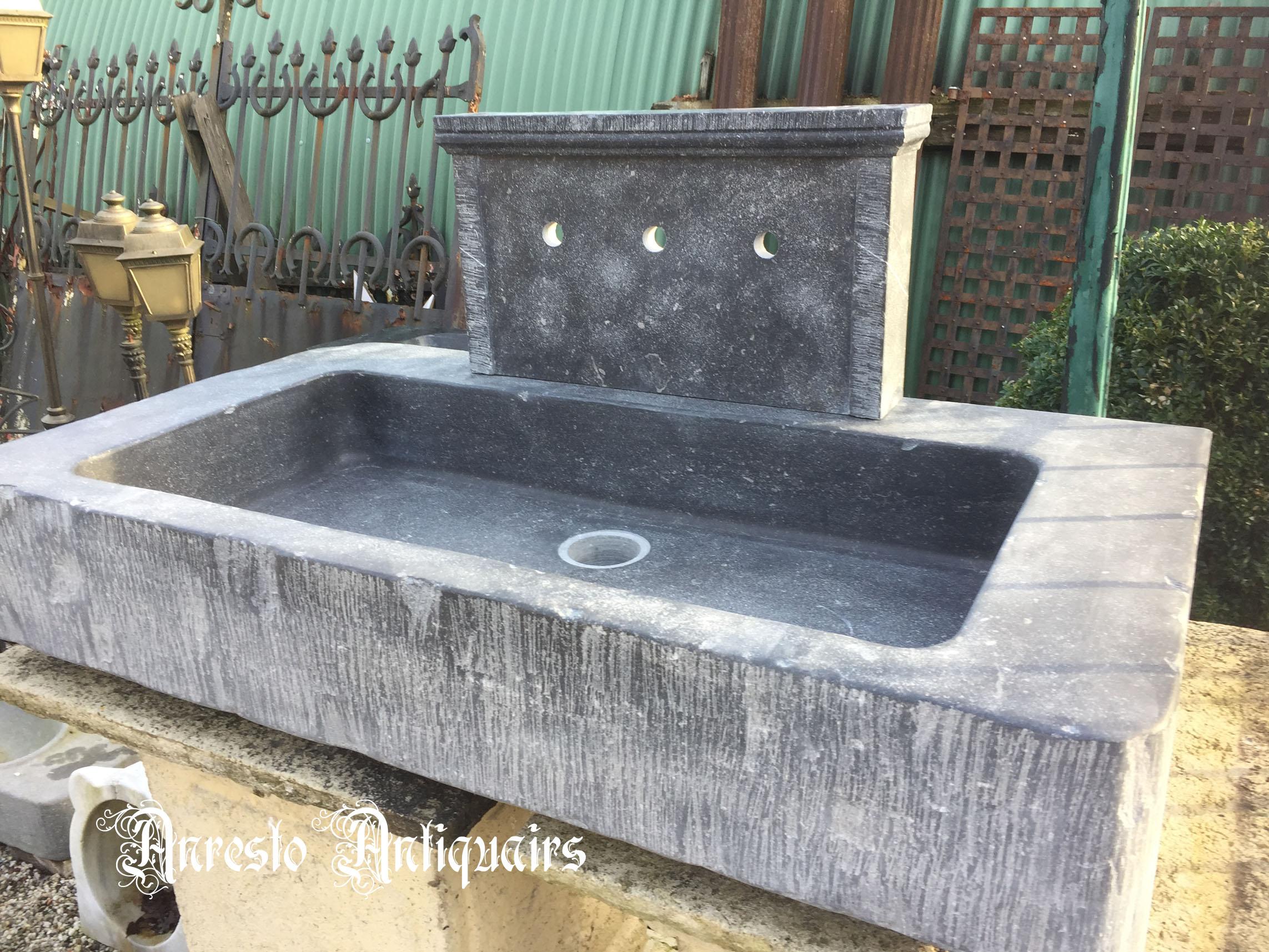Ref. 38 – Handgekapte arduinen spoelbak gekapt uit oude steen, wasbak gekapt uit oude blauwsteen