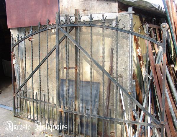 Ref. 44 – Antieke smeedijzeren hoevepoort , oude landelijke inrijpoort