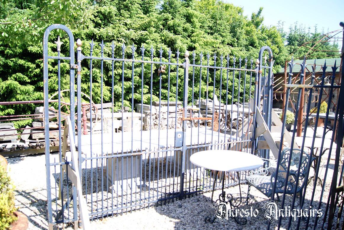 Ref. 49 – Antieke landelijke 2-vleugelige poort met 2 zijstukken foto 1