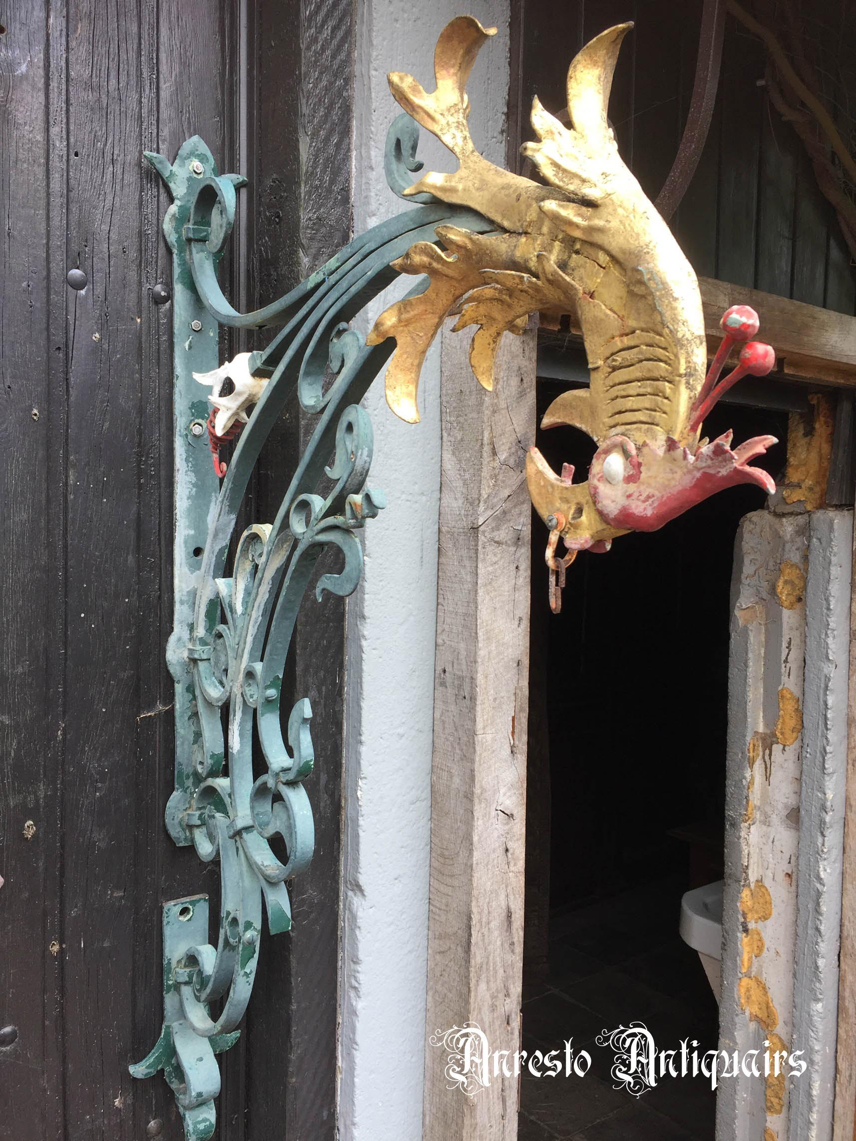 Ref. 52 – Artistiek gesmede muursteun met voorstelling van een papegaai