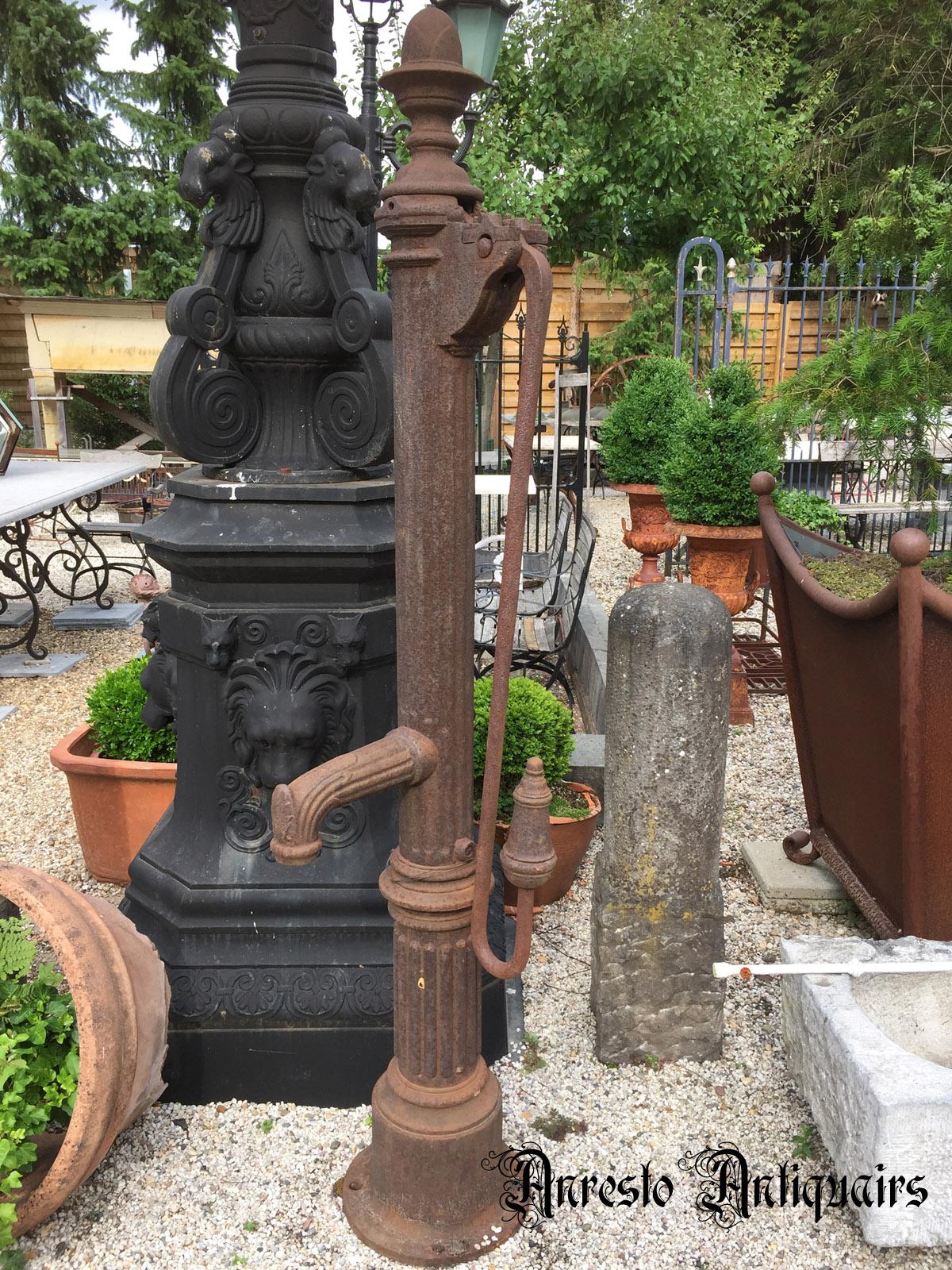 Ref. 83 – Antieke Ardeense gietijzeren stadspomp, oude ijzeren waterpomp foto 1