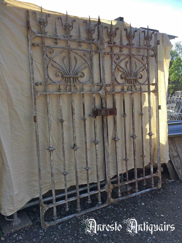 Ref. 64 – Antiek Gotische 2-vleugelige smeedijzeren poort