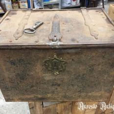 Ref. 52 – Antieke smeedijzeren koffer foto 1