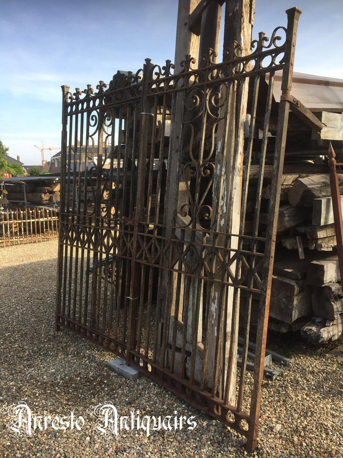 Ref. 76 – Antieke ijzeren pastorie poort