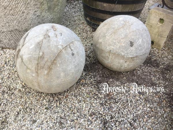 Ref. 88 – 2 samen horende blauwstenen bollen