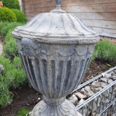 Ref. 17 – Stel antieke loden Engelse tuinvazen