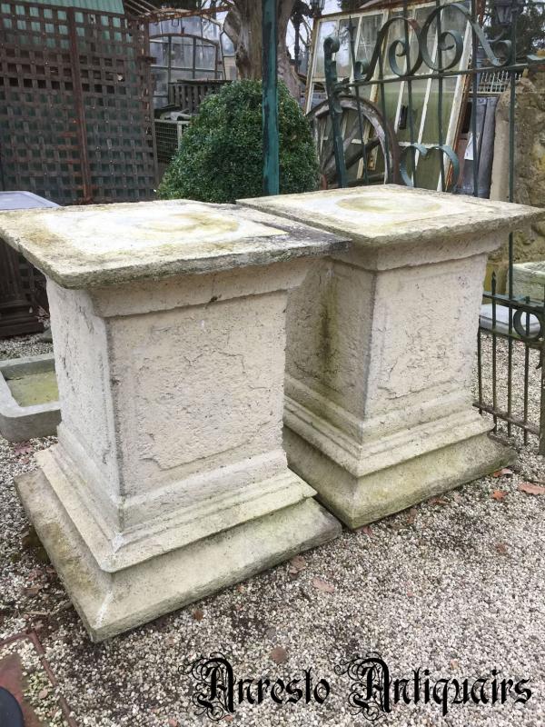 Ref. 25 – Oude vierkante stenen zuilen