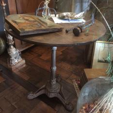 Ref. 21 – Antieke ronde tafel op gietijzeren poot