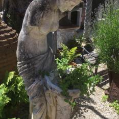 Ref. 09 – Antiek beeld Romeinse wassende vrouw foto 1